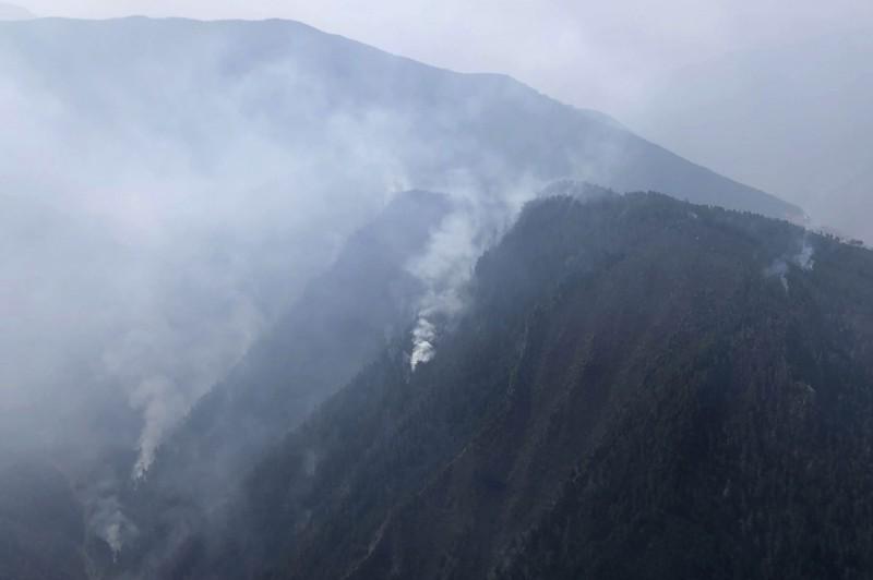 中國四川森林大火造成31名消防人員火海,當局如今透露起火原因是閃電劈樹才會引燃火勢。 (美聯社)