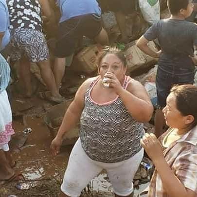 墨西哥載滿罐裝啤酒的卡車翻覆,吸引上百人居民前來瘋搶,有人忍不住當場打開狂喝。(圖擷自El Independiente Veracruz臉書)
