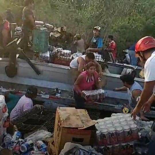 民眾搶搬啤酒猶如活屍亂舞。(圖擷自El Independiente Veracruz臉書)