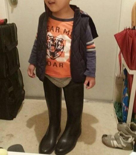 母親在發現兒子穿上自己的長靴後嚇了一跳。(圖擷取自推特)