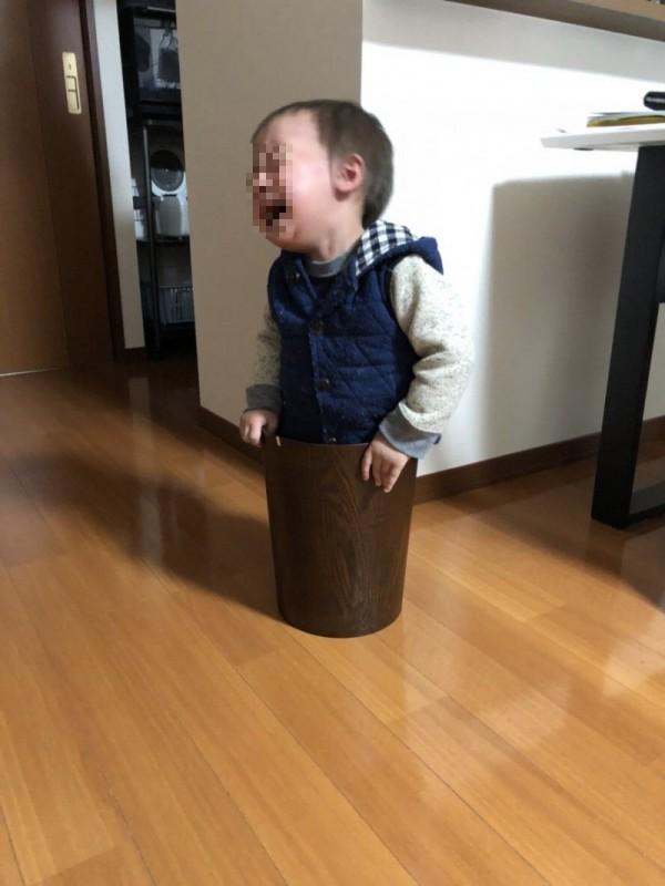 兒子踏進垃圾桶結果出不來。(圖擷取自推特)