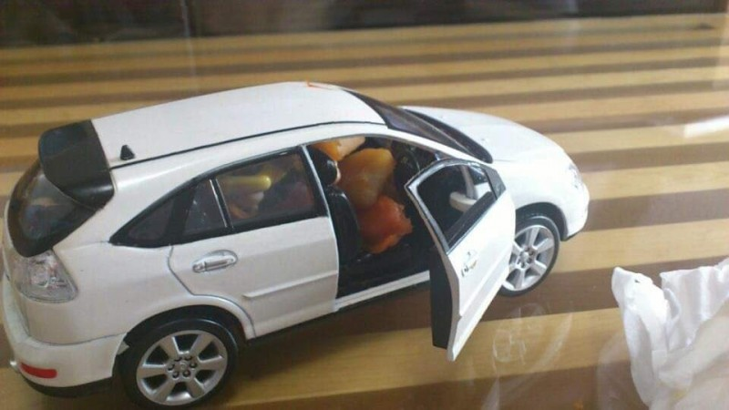 小孩竟把咖哩塞在玩具車當中。(圖擷取自推特)