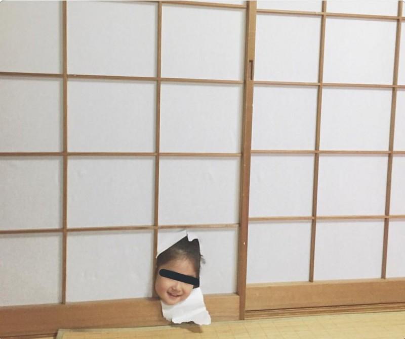 視線和拿頭撞破紙門的女兒交會時嚇了一跳。(圖擷取自推特)