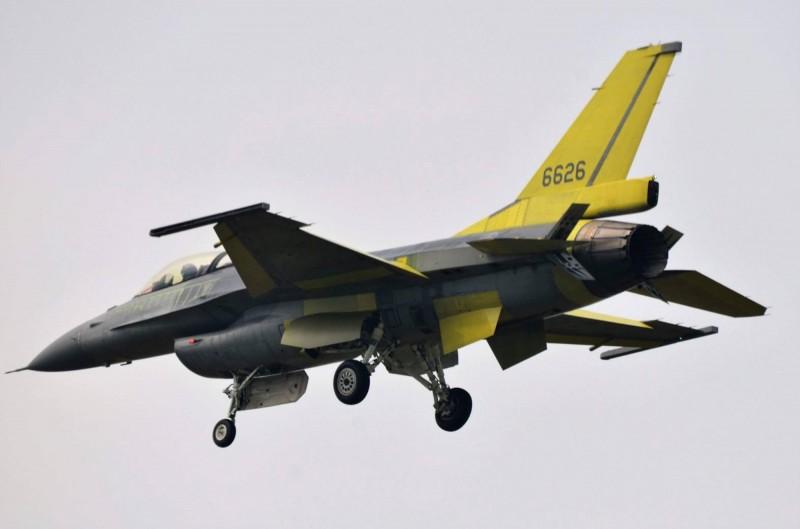 國民黨立委批評,F-16V戰機暫緩售台的報導,證明蔡政府抱美國大腿的外交政策失敗,民進黨立委則反擊,每次跟美方稍有不順遂,藍營就歇斯底里批評,面對中國又龜縮。圖為完成性能提升、編號6626的F-16V單座戰機。(陳姓航迷提供)