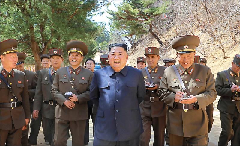 北韓國營「朝鮮中央通信社」六日發布的照片顯示,該國領導人金正恩(圖正中央)正率員視察平安南道陽德郡一處溫泉景點。(法新社)