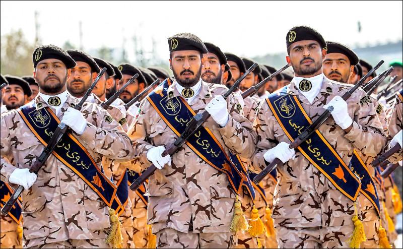 負責維護伊朗國家安全的伊朗革命衛隊,可能將被美國政府列為「外國恐怖組織」。圖為該軍隊去年九月進行閱兵。(法新社檔案照)