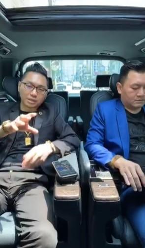 連千毅(左)開直播道歉。(記者王冠仁翻攝)
