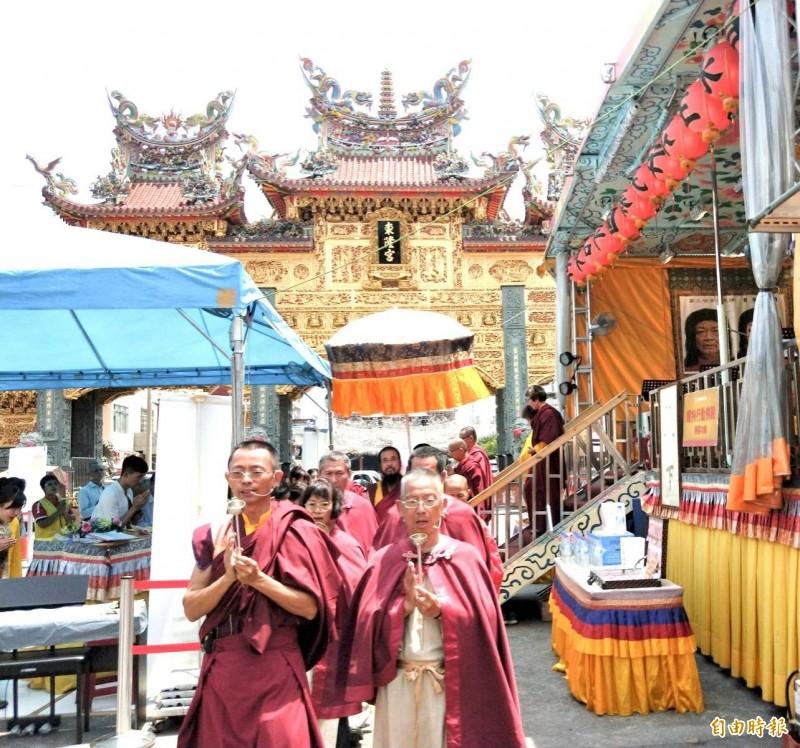 全球首創「行動佛殿」,清明連假開到東港東隆宮前。(記者陳彥廷攝)