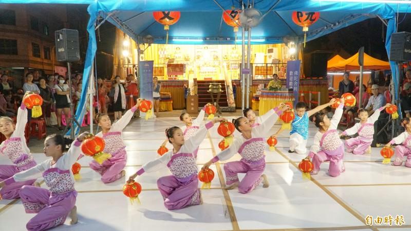 晚上樂藝供佛的小腳ㄚ舞蹈團,是屏東東港鎮在地的表演團體,由邱淑伶老師帶領。(記者陳彥廷攝)