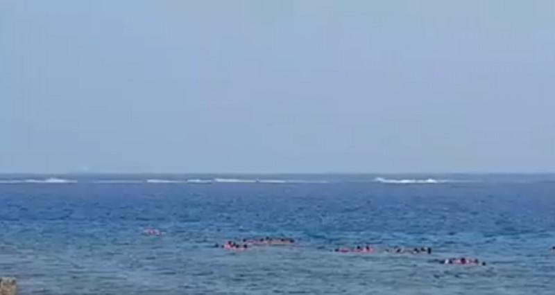 小琉球海域今天被發現有大批水上摩托車騎士呼嘯而過。(記者陳彥廷翻攝)