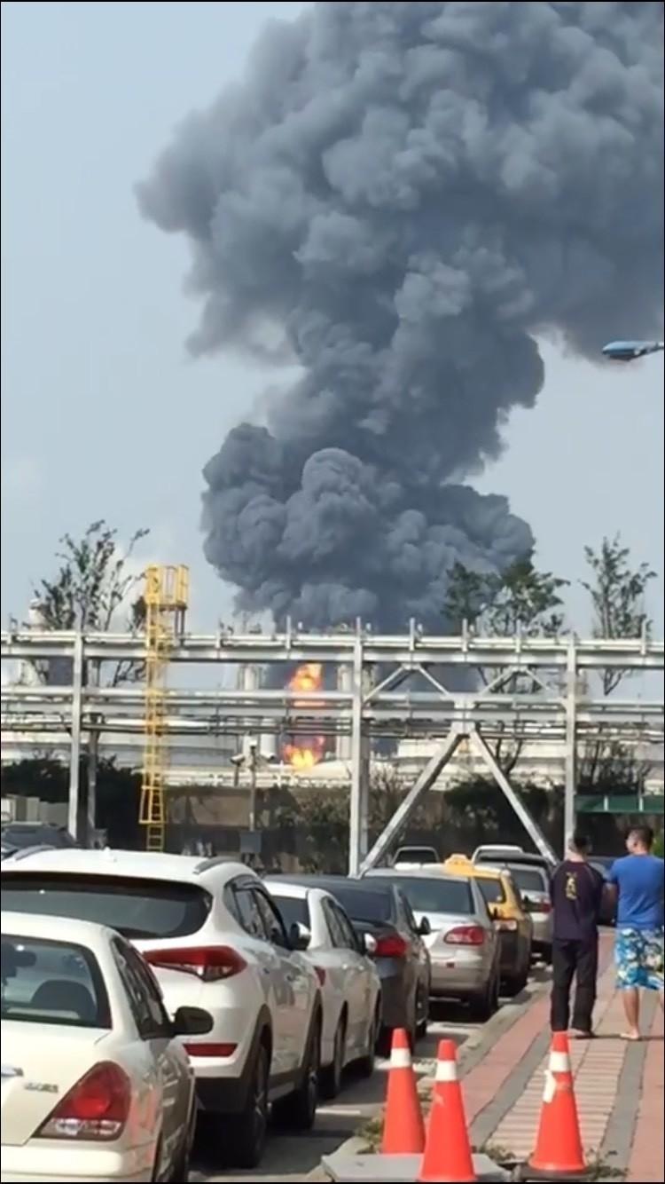 台塑麥寮六輕工業區7日下午傳出爆炸,環保署技術小組前往瞭解,未波及鄰近火場的毒化物「苯」。(記者詹士弘翻攝)