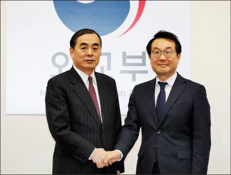 孔鉉佑(左)今年一月以中國政府「朝鮮半島事務特別代表」身分,在首爾的南韓外交部大樓,與南韓外交部「半島和平交涉本部長」李度勛晤談。(歐新社檔案照)