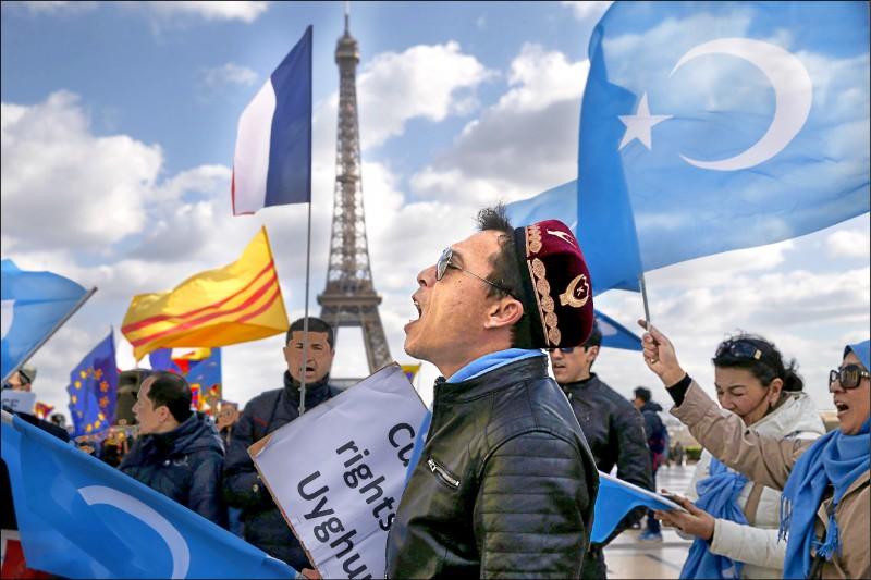 中國國家主席習近平上月訪問法國期間,維吾爾族穆斯林聚集在巴黎艾菲爾鐵塔周邊,抗議北京戕害新疆人權。(法新社檔案照)