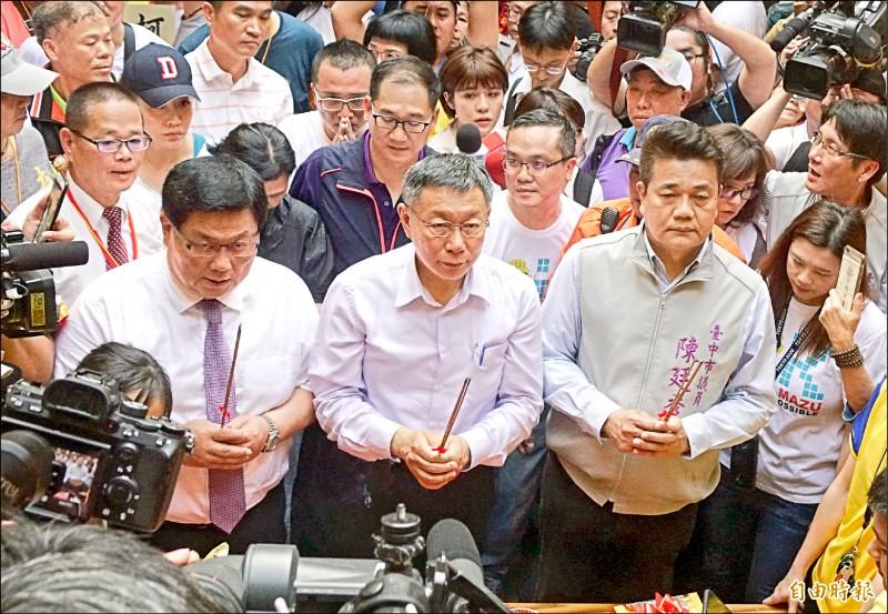 大甲媽祖起駕,政治人物拚人氣,台北市長柯文哲也到場參拜。(記者廖耀東攝)