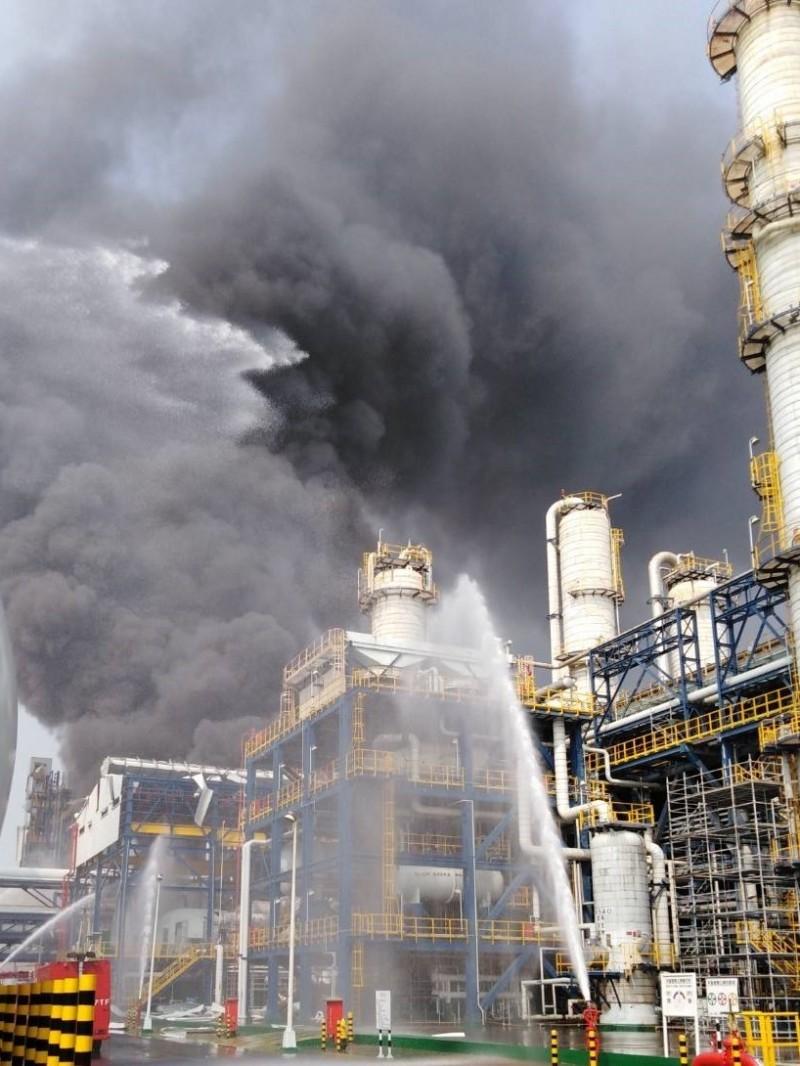台化芳香烴三廠昨天發生氣爆大火,殘火仍在燃燒。(讀者提供)