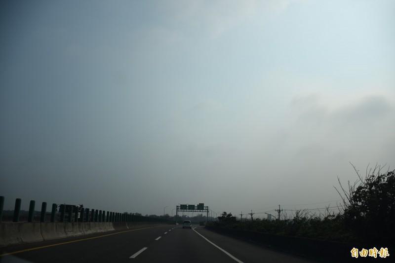 台西、麥寮紅害,天氣一片灰。(記者林國賢攝)
