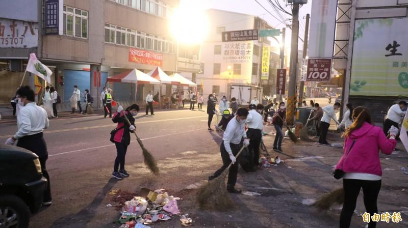 大甲媽起駕遶留下滿地垃圾,台中慈濟醫院護人員加入慈濟志工行列清掃大甲區街道。(記者歐素美攝)