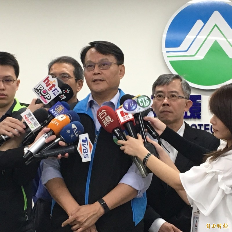 環保署說明六輕爆炸後環境監測狀況。(記者楊綿傑攝)