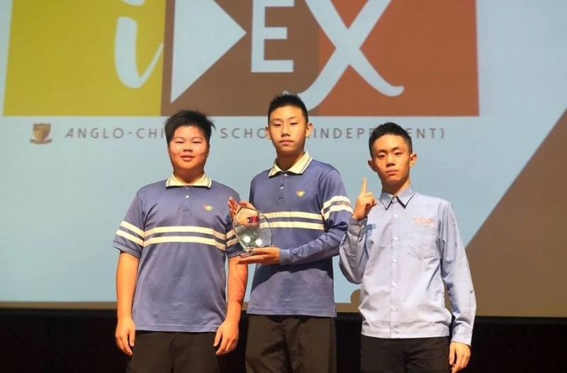 明道中學國際部趙建程、田紹遠、曹泰然(由左至右)以「帶來光明 」為主題發明身體熱能發電系統,拿下IDEX發明展「總冠軍」。(記者陳建志翻攝)