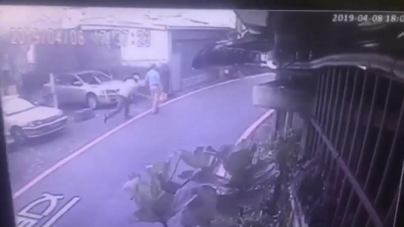 監視器拍下建商總經理史易鑫持棍毆打金中玉。(記者徐聖倫翻攝)