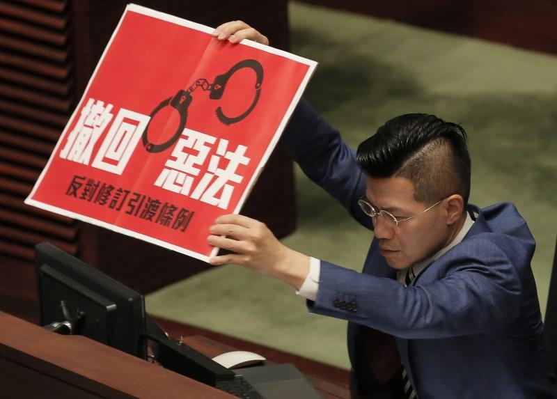 據《法廣》報導,自香港外國記者會前副主席馬凱(Victor Mallet)工作簽證遭拒後,外媒已經逐步開始審視香港總部的遷移計畫,美國《CNN》等媒體更加速因美中貿易戰而起的緊急部屬計畫,考慮將香港總部和決策層遷往台灣。圖為日前香港泛民主派議員呼籲撤回惡法。(美聯社)