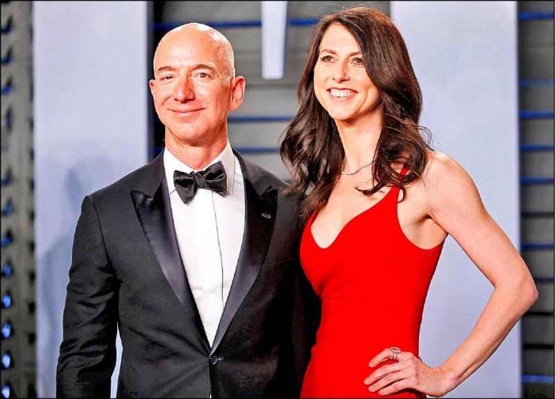 亞馬遜創辦人貝佐斯與妻子瑪肯西近日達成離婚協議,瑪肯西將取得價值約350億美元的公司股份。圖為兩人去年三月出席奧斯卡頒獎典禮後的派對。亞馬遜創辦人貝佐斯與妻子瑪肯西近日達成離婚協議,瑪肯西將取得價值約350億美元的公司股份。圖為兩人去年三月出席奧斯卡頒獎典禮後的派對。(路透檔案照)