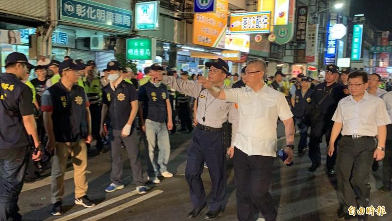 大甲媽鑾轎昨夜通過民生地下道前,彰化警察局長方仰寧(中)坐鎮指揮嚴防暴動。(記者湯世名攝)