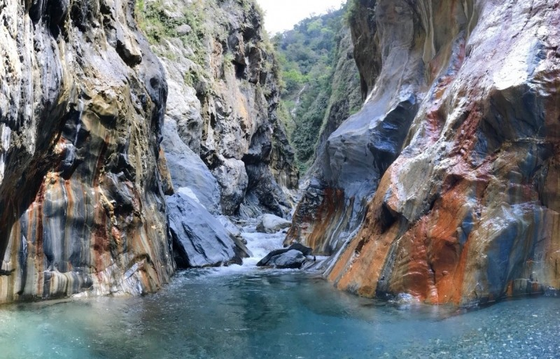 擁有七彩岩壁的美麗哈尤溪。(記者羅欣貞翻攝)