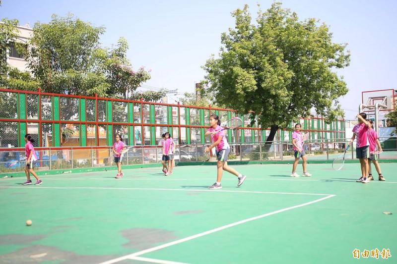 光春國小沒有網球場,軟式網球隊小將們頂著烈日在躲避球場上練基本功。(記者邱芷柔攝)