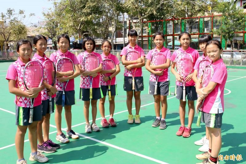 小球員們加緊練習,目標放在日本山中湖國際青少年軟式網球錦標賽衛冕冠軍。(記者邱芷柔攝)