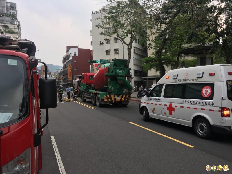 北市林口街一輛水泥預拌車輾壓老婦,命危送醫。(記者姚岳宏攝)