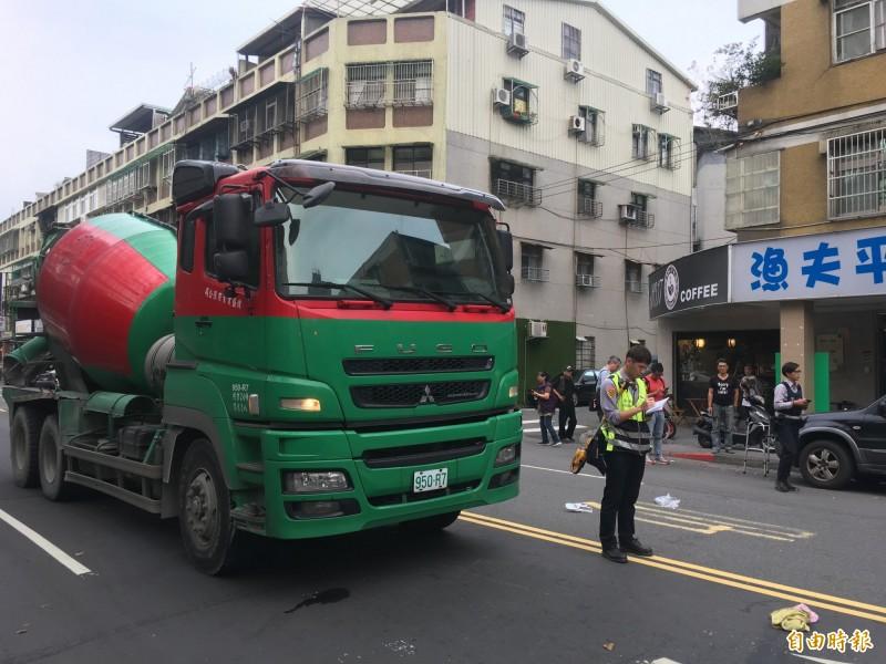 北市信義區林口街發生水泥預拌車輾過老婦意外。(記者姚岳宏攝)