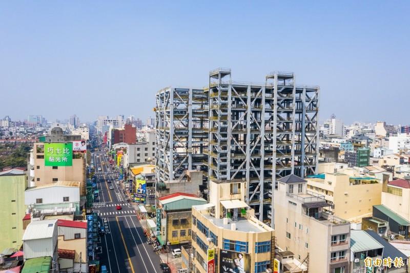 「in89豪華嘉義影城」目前正加緊施工,大樓鋼骨結構已見雛形。(記者丁偉杰攝)