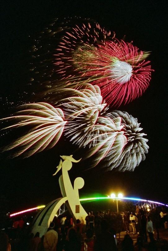 澎湖國際海上花火節即將在4月18日登場,搭配無人機表演。〈澎湖縣政府旅遊處提供〉