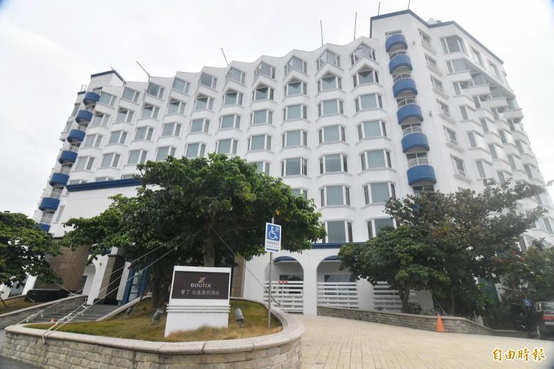 車城泊逸飯店在年初宣布歇業,4月17日將進行法拍。(記者蔡宗憲攝)