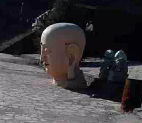 寺內18公尺高的巨佛也被斬首,頸部以下遭毀損,僅餘一顆孤零零的佛頭在廣場「示眾」。(擷取自《寒冬》雜誌)