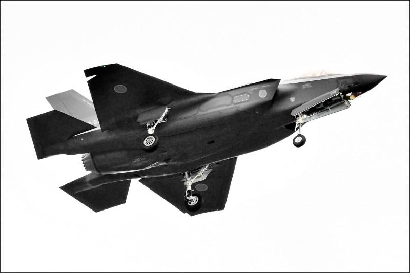 日本航空自衛隊一架F-35A匿蹤戰機,當地時間9日晚間7時27分在青森縣三澤市外海進行飛行訓練時突然失聯,墜毀的可能性極高。(法新社)