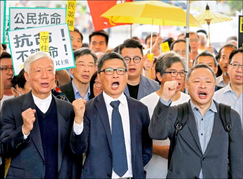 香港二○一四年「佔領中環」行動的三名發起人戴耀廷、陳健民和朱耀明(右至左),九日遭法院判處其「串謀作出公眾妨擾」、「煽惑他人作出公眾妨擾」等罪名成立。(美聯社)