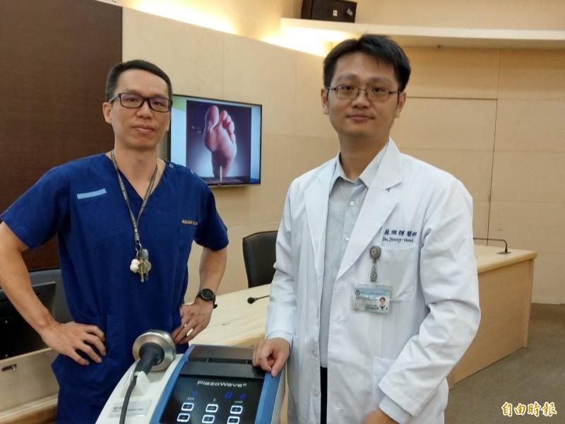 蘇先生(左)熱愛慢跑,經常挑戰全馬,因運動過頭,造成足底筋膜炎,而求助蘇烱輝醫師(右)。(記者方志賢攝)