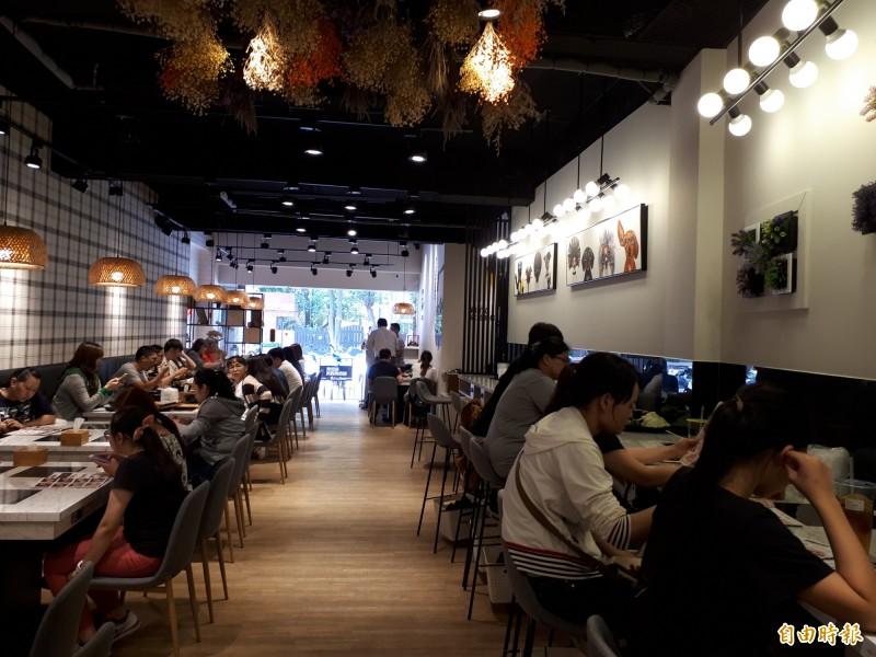「鐵了心」火鍋店,很合年輕人的味道,店內還有單人鍋的吧台桌,每到用餐時間都吸引人排隊及享用。(記者洪美秀攝)