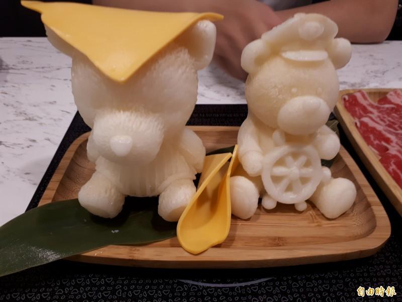 鐵了心的切達起司牛奶鍋,用可愛的小熊造型做成,隨著溫度加溫,小熊也融化到鍋底,形成好吃又好拍的牛奶鍋,是女性的首選。(記者洪美秀攝)