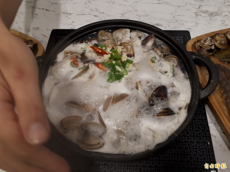 店內的「蛤蛤鍋」,佈滿55顆以上的蛤蜊,隨著溫度加熱,會發出波波的聲音,鮮甜的美味讓人食指大動。(記者洪美秀攝)