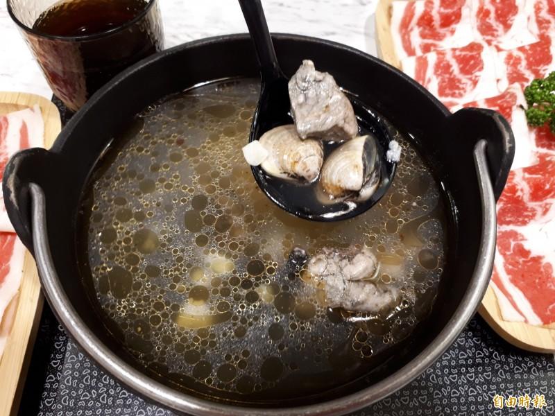 店內的蒜頭蜆湯底和烏骨雞蛤蜊湯底,都是用新鮮食材熬煮,暨養生又美味,是上班族恢復體力元氣的首選。(記者洪美秀攝)