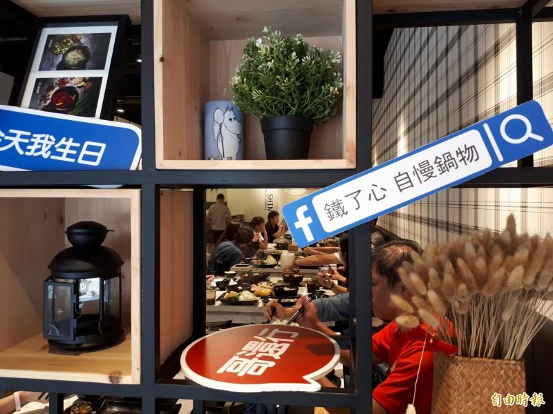 台灣人愛吃鍋,新竹市北大路西門國小對面的「鐵了心」火鍋店,店內以明亮色調為主,且門外還有很多可拍的打卡道具和牌子,很合年輕人的味道,店內還有單人鍋的吧台桌,每到用餐時間都吸引人排隊及享用。(記者洪美秀攝)