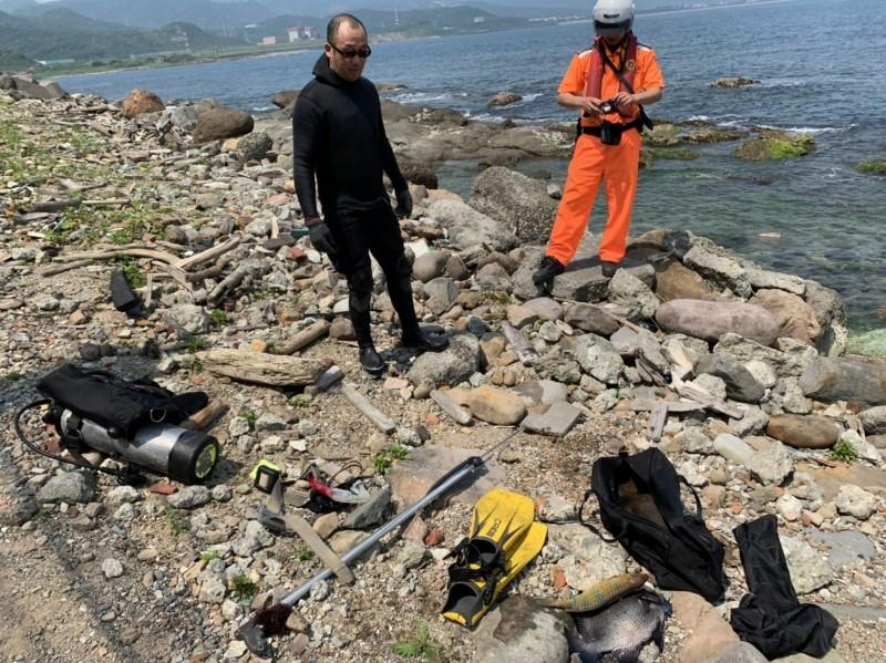 岸巡隊員蒐證後,依違反漁業法將周男函送。(記者吳昇儒翻攝)