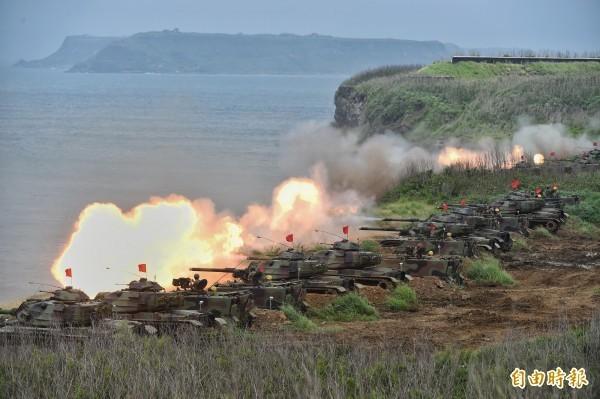 PTT鄉民認為,中國解放軍若想渡過台灣海峽,會先死九成以上兵力,圖為我國軍火砲演訓的畫面。(資料照)
