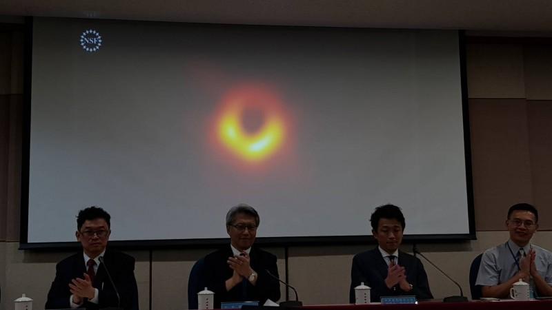 台灣、比利時、日本、中國、美國、智利6國同步舉行觀測黑洞計畫「事件視界望遠鏡」(EHT)記者會,公開人類史上第一張黑洞照片。(記者簡惠茹攝)