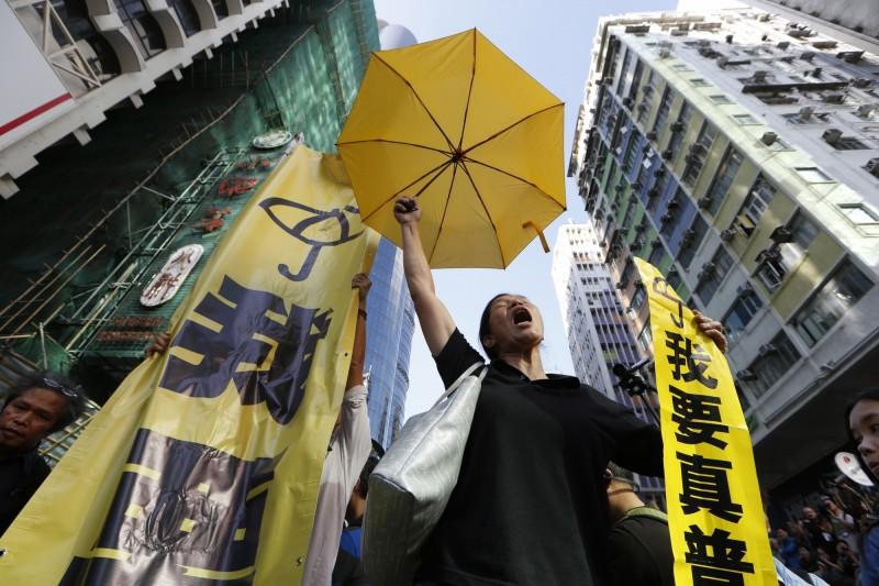 日前香港法院宣判,2014年香港「讓愛與和平佔領中環」(雨傘)運動9名發起人「煽惑妨礙公務」等所有罪名成立。(美聯社)