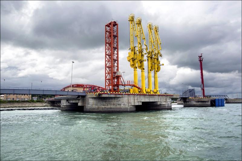 緬甸政府去年在美國協助下,重新談判中國投資的皎漂港興建計畫合約,成功縮小計畫規模,避免落入債務陷阱。圖為位於皎漂港周邊的馬德島油輪碼頭。(路透檔案照)