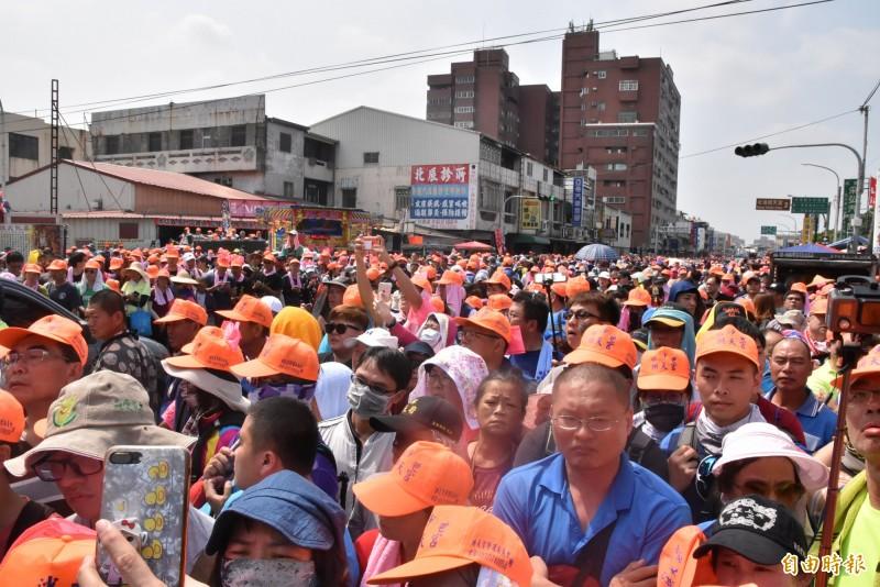 不到4走了200公里,粉紅超跑白沙屯媽祖抵達北港,現場湧入超過10萬人。(記者黃淑莉攝)
